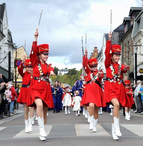 Drillpiker fra Store Berganskolekorps underholdt i vårparaden. En drilltropp fra Jar i Bærum var også med i årets parade. FOTO: Atle Møller