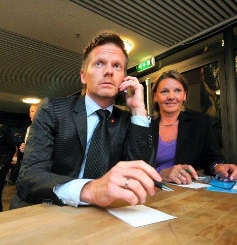 Pekefingeren: Ordfører Tage Pettersen (H) hever pekefingeren mot varaordfører Erlend Wiborg (FrP).