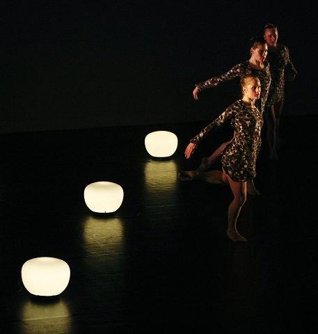 En del av ensemblet i Nuri Ribera Anfinsens myke koreografi til denne aller første helaftens danseforestilling fra Kompani Haugesund.