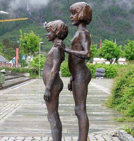 """""""SØSKEN"""" er tittelen på denne bronseskulpturen signert Annasif Døln."""