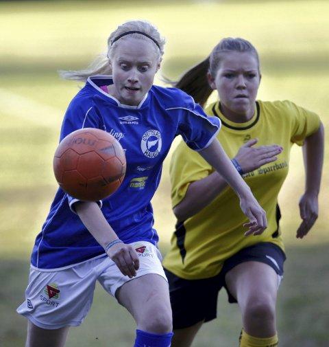 Seier: Idunn L. Haug (t.v.) i fint driv da Haugil vant 2-0 mot Bakke.foto: Grethe nygaard