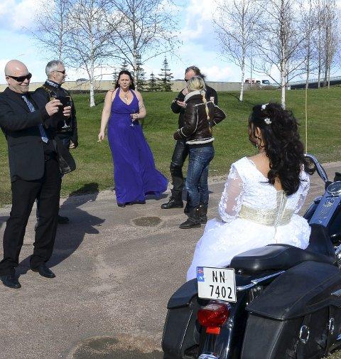 Bryllupsbilen med brudeparet ble eskortert av 18 Harley Davidsons fra MC-klubben Chieftains, der brudgommen er medlem.