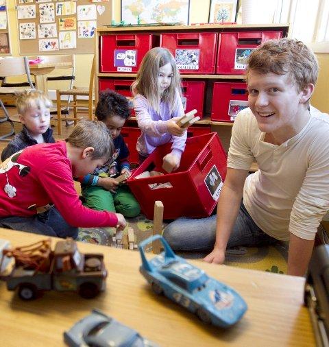 POPULÆR: William, Nicolai, Noah og Maria synes det er moro når Ove Helgerud (16) er i barnehagen. FOTO: BJØRN V. SANDNESS