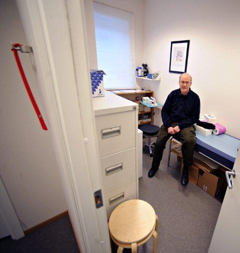 STILL GOING STRONG: Til tross for at han har fylt 70, jobber hudlege Gunnar Volden minst en dag i uka. FOTO: OLE KR. TRANA