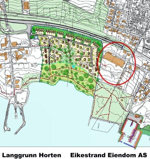 Området som er avmerket, er det Rørestrand Eiendom AS ønsker til 100 nye boliger. Den brune firkanten i området er industribygget til Sonoco Alcore AS, ned til høyre ligger seilerhavna, det grønne området er Eikestrand og helt til venstre ser vi Langgrunn. Den grå linja er riksvei 19.