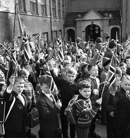 1965: 20 år med fred: Bildet er er fra minnehøytiden ved Danvik skole i 1965. (FOTO: DT ARKIV)
