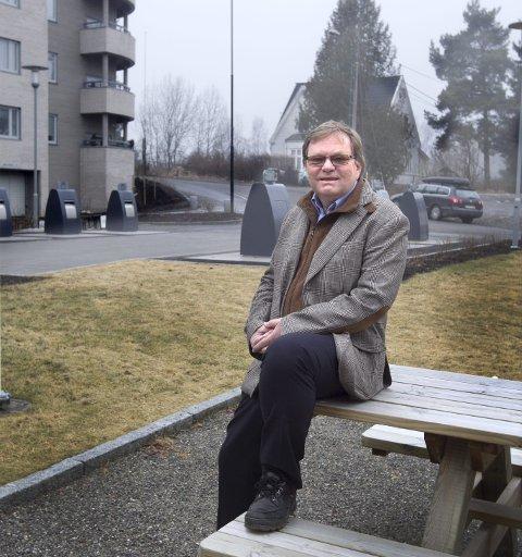 IKKE FORNØYD: Styreleder i Strandliveien Boligsameie, Terje Ilje, mener de planlagte blokkene blir for høye og dominerende. FOTO: Bjørn v. Sandness