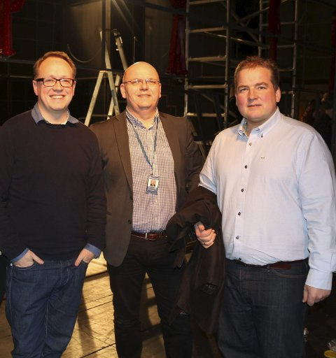 PÅ LAG: Teatersjef Erik Schøyen (t.v.), styreleder John Malvin Økland og stortingsrepresentant Sveinung Stensland i Festiviteten. FOTO: ROAR ESKILD JACOBSEN