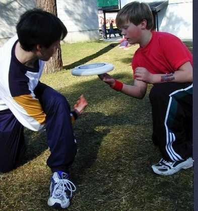 <b>Triks.</b> Adrian Oleson (t.v) og Daniel Bjørneberg Wilson trener på triks som kan brukes i fristil-frisbee. Det er om å gjøre noe flott, for så å overlevere frisbeen til nestemann uten å miste den i bakken.¨ (Foto: Elisabeth Bakken)