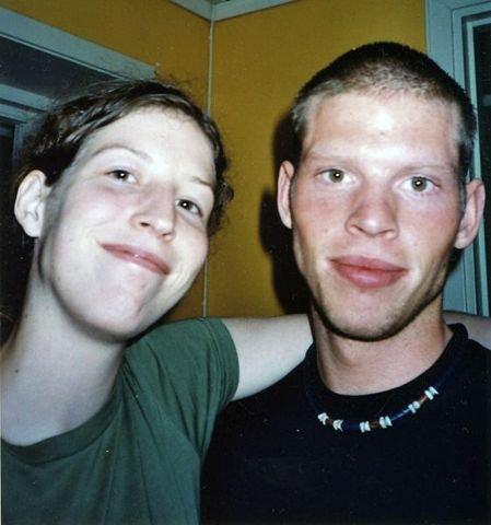 Hannah French og broren Joshua French. Nå ser Hannah frem til å få broren hjem og til en lang og kjedelig ferie.