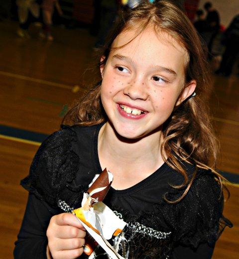 Helene Zetterqvist Andersen (10) koste seg med is inne i den varme ballhallen.