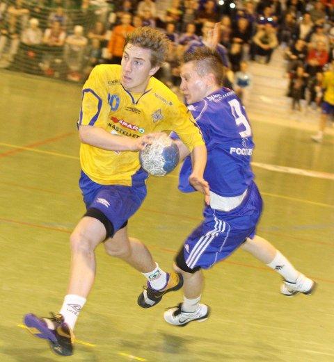 Stian Brevik var ikke lett å stoppe for Mathias Ross Joelsen og Oppsal.