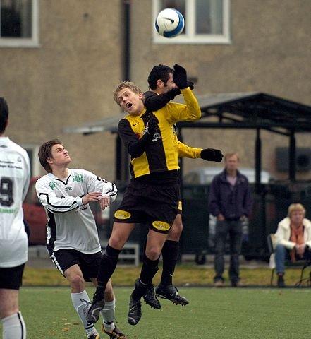 <b>VANT. </b>Lars Chr. Stokka og Farra Nemati (bak), gjorde tre av målene da Åskollen vant hele 6-0 over Solberg. FOTO: RUNE FOLKEDAL