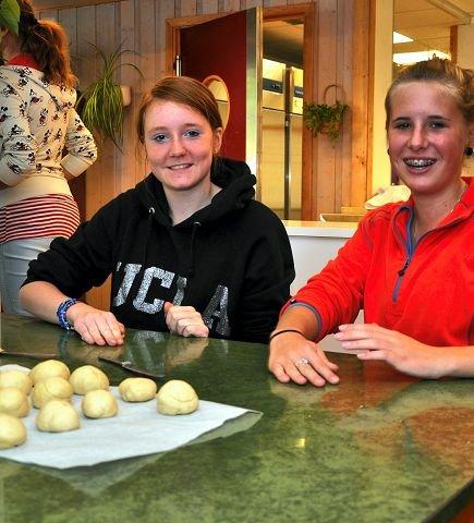 Bollegruppa: Gry Elin Bruket Andreassen og Bina Lisa Borvik Skansen fra Brøttum var i bollegruppa som bakt flere hundre boller.