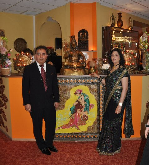 Shiv Sharma og Jiwan Jyoti Sharma ønsker velkommen til Mother India i nyoppussede lokaler i Storgaten.