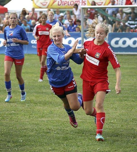 Innsats: Driv kjempet godt finalen igjennom. Her er det Andrea Fossli som gir alt i en duell med en Røa-spiller.FOTO:Bjørn V.sandness