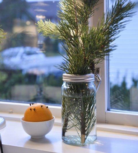ENKELT TRIKS:  En kvist i et gammelt norgesglass og appelsin med nellik. Foto: Harald Strømnæs