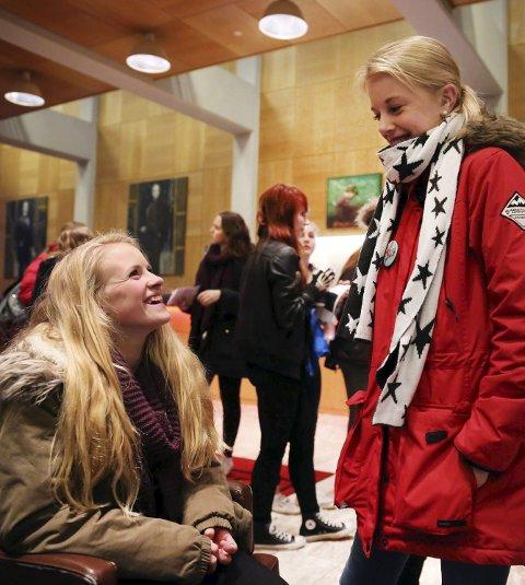 UTE PÅ BYEN: Kulturnatt-debut for Katrine Grønås Kongshavn (sittende). Tradisjon for Julie Tvergrov.