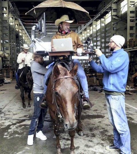 KREVENDE OPPTAK: Hesten «Tyra» skulle bære en sal med fullt kontorutstyr. – En ekstrem utfordring, sier eier og cowboy Ove Hansen om filmopptakene.