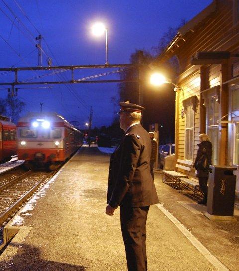 Nede på stasjonen, tidlig om morgenen. Og på ettermiddagen: To ganger om dagen må Trond Hammerstad komme på Kråkstad stasjon for å sørge for at toget sørover kjører inn på sport 2 og toget nordover får spor 1, som her på bildet. Stasjonen er en av de få som fortsatt har manuell styring.  (Foto: Bengt Røsth