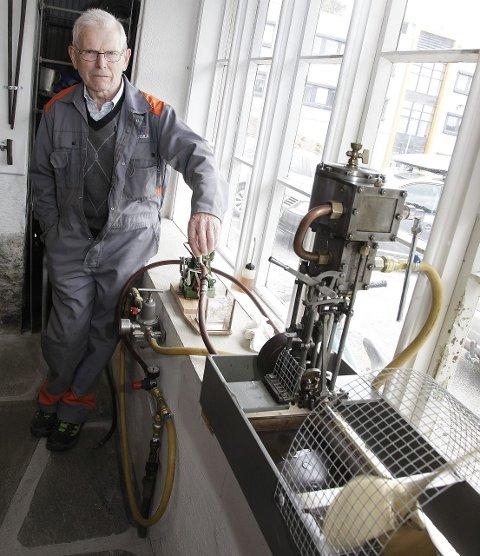 TIDKREVENDE: Hans Borgen har brukt flere måneder hjemme i kjelleren på å lage denne dampmaskinen. Foto: Alfred Aase
