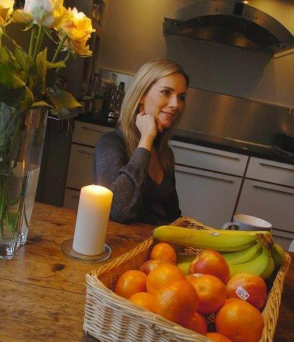 Morgenstemning ved kjøkkenbordet hos Eva-Charlotte Stenset. Levende lys, roser og frisk frukt.