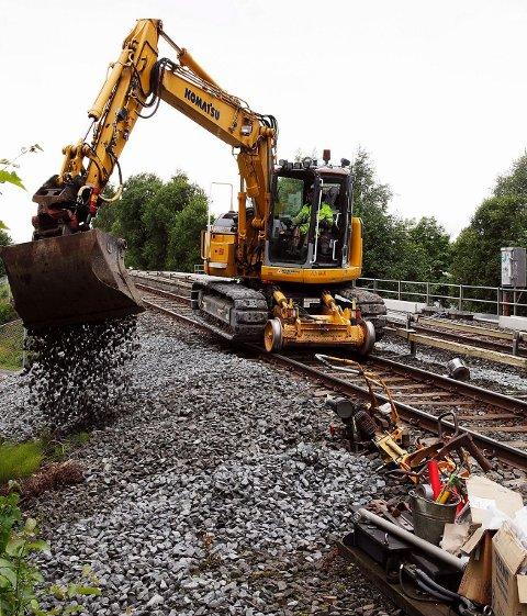 ANLEGGSARBEID: Deler av skinnegangen ved Eiksmarka stasjon og en sporveksel er byttet ut. Pukken på hele strekningen mellom Østerås og Røa er skiftet. FOTO: ULF HANSEN
