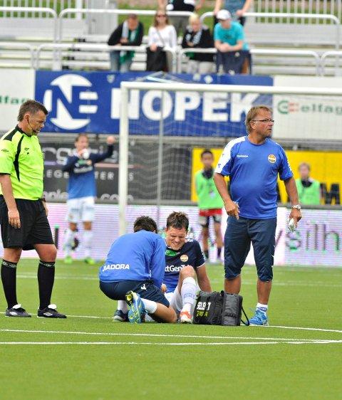 Jøgen Horn ble skadet mot Hønefoss, men det er ikke like alvorlig som først antatt. Her blir han undersøkt av fysioterapeut Marius Hoel og lege Erik Dag Knudsen.
