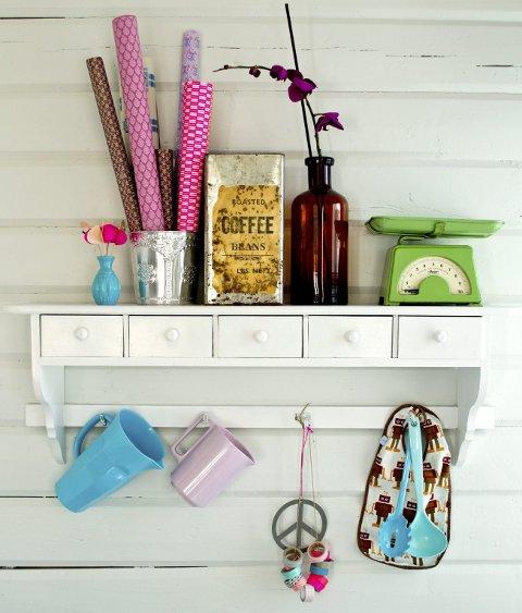 Å velge fargerike bruksgjenstander og henge dem fram er et av Benedictes tips.