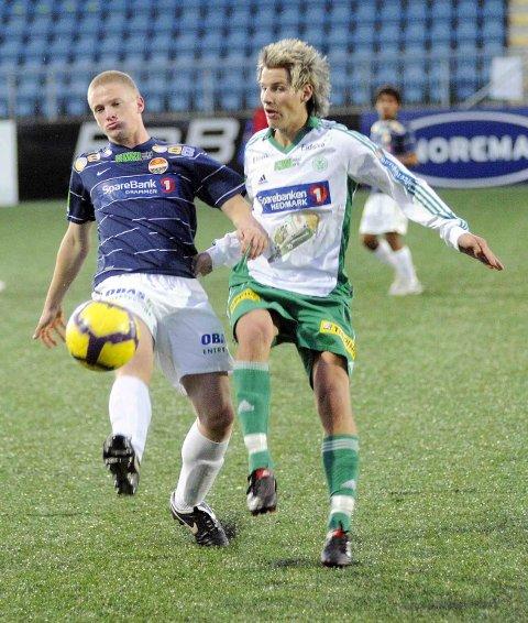 Thomas Lehne Olsen bytter ut den hvite og grønne HamKam-drakten med Godsets marineblå neste sesong. Her i kamp mot Team SIF og Fredrik Madsen i 2010.