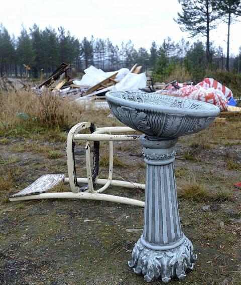 FONTENE: En stol og et fuglebad er også satt igjen.
