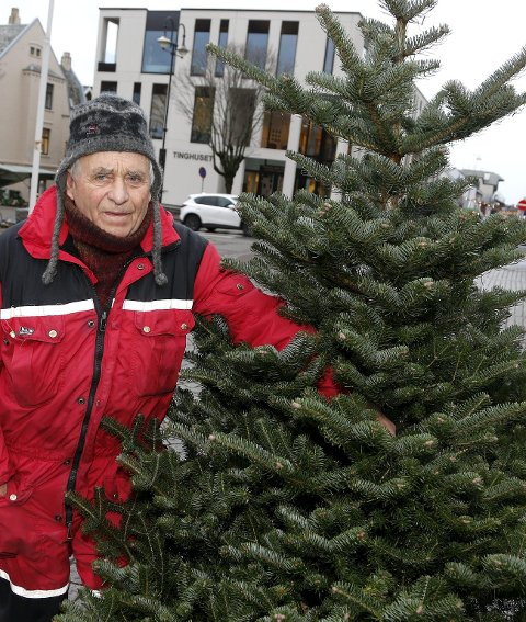 STILLE FØR STORMEN: Einar Høyvik tror ikke den rolige starten på juletresalget skyldes at folk velger plasttrær. 8FOTO: ALFRED AASE