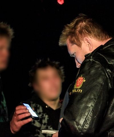 00:04 En av festdeltakerne drar fram en av de involvertes Facebook-profil slik at politiet får oversikt over hvem som er innblandet.