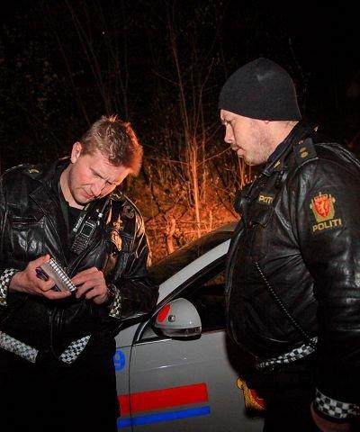 00:10 Even Urdalen og kollega Kristian Bergan diskuterer vitnebeskrivelser i forbindelse med dramatikken på Svangstrand.