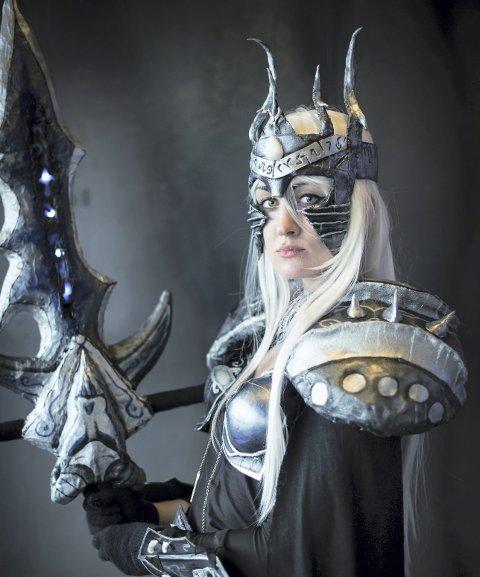 Fra spillverdenen: Her er Benedikte Pedersen i sitt eget kostyme som Lich Queen fra spillet World of warcraft. Foto: Nils Katla
