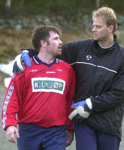VENNER: Etter kampen var KIF-trener Ronny Hvambsahl og Thomas Gill fortsatt gode venner. Gill klarte seg best av kameratene i 4. divisjonoppgjøret. (Foto: Cato Martinsen).