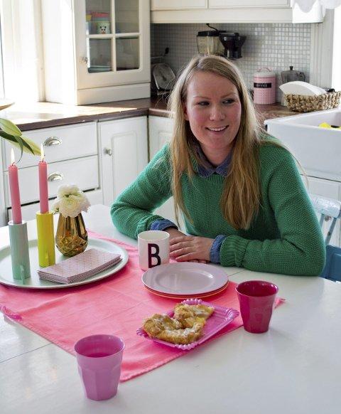Benedicte Ødegaard er veldig glad i farger, og tar det inn i detaljene hjemme. Som neonrosa kjøkkenduk.