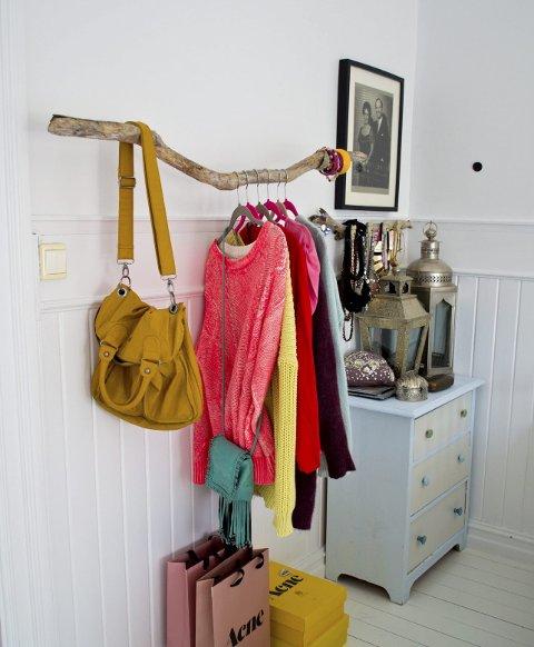Heng fram klær: Fargerike klær og vesker kan henges fram, mener Benedicte.