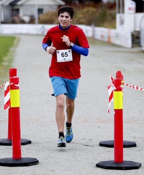 VANT: Bergenseren Håvard Austevoll vant historiens første maratonløp på Karmøy.