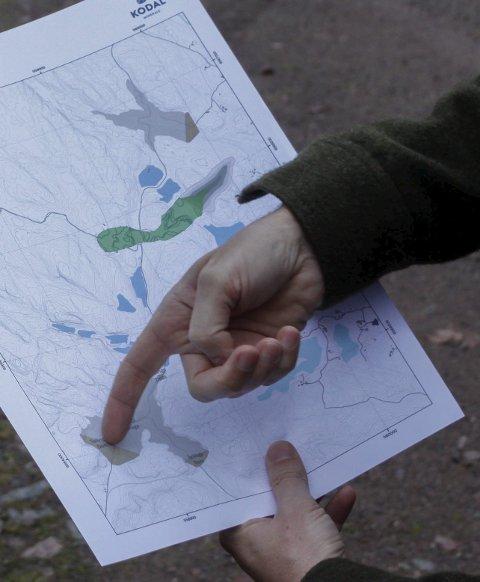 Kart: Gruvesjef Luke Bryan viser hvor demningene kommer. Foto: Morten F. Solberg