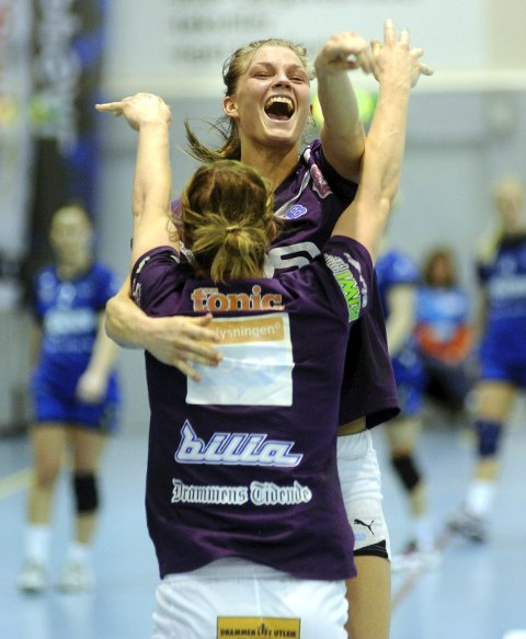Jeanett Kristiansen ser fram til å spille i lilla igjen. Her jubler hun med søster Veronica «Vikki» Kristiansen.