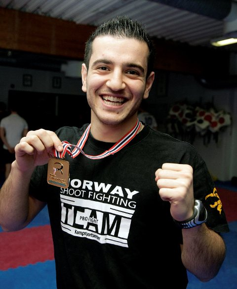 Hoshang Fatah (21) er tilbake på trening på TX Kampsportsenter, og viser frem NM-medaljen