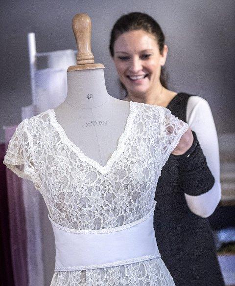 Unike kjoler: – Jeg syr på bestilling og da blir det en kjole ingen andre har maken til, sier billing. Her med en kjole i blonder.