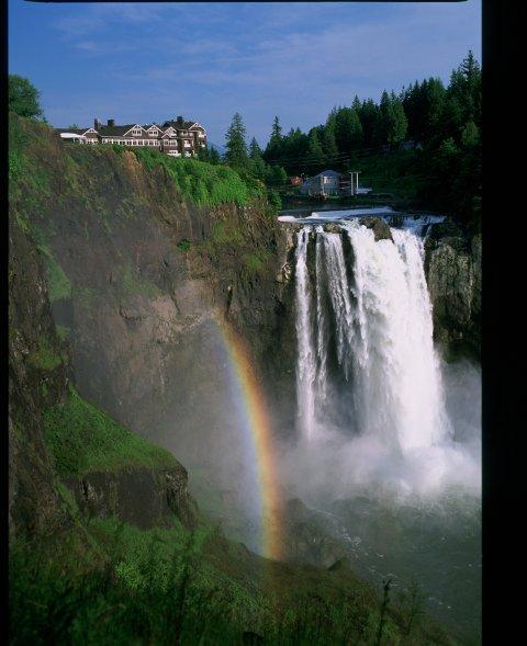"""Eksklusive Salish Lodge var bedre kjent som hotellet """"The Great Northern"""" i """"Twin Peaks"""". Snoqualmie-fossen er en for øvrig en populær turistattraksjon i staten Washington."""