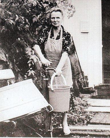 «Sigrid Skriver» foran vannposten utenfor huset hennes i Badehusgaten 18.