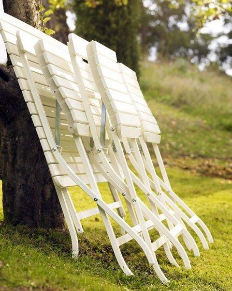 KLAPPET OG KLART: Klappstoler kommer i fleng fra hagemøbelprodusentene. Disse er fra IKEA.
