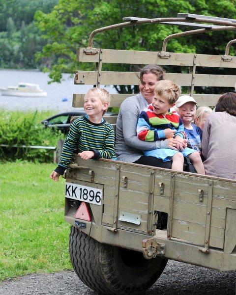 Smilene var store da barna fikk lov til å sitte på med Gråtass.