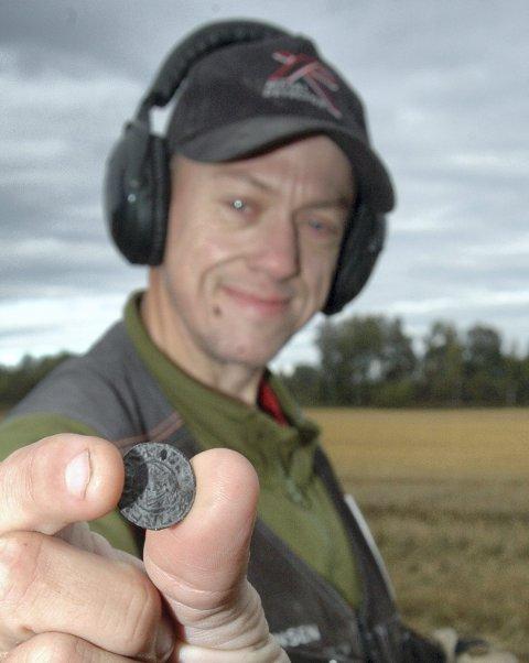 FANT IGJEN: Terje Roger Olsen finner stadig gamle ting med metallsøkeren sin, denne uka en 1.000 år gammel og svært sjelden engelsk sølvmynt på en kornåker i Heradsbygd.