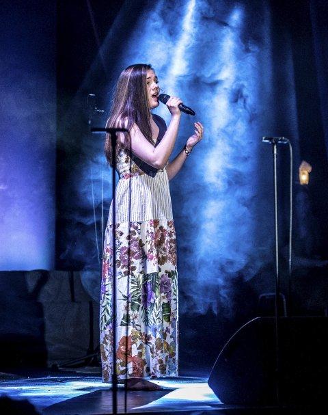 SOLOSANG: Emelie Hollow sang på flere språk.