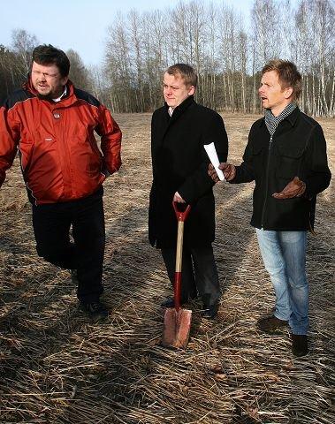 På denne tomta ville de borgerlige bygge. Fra v. Sindre W. Mork, Erlend Wiborg og Tage Pettersen.